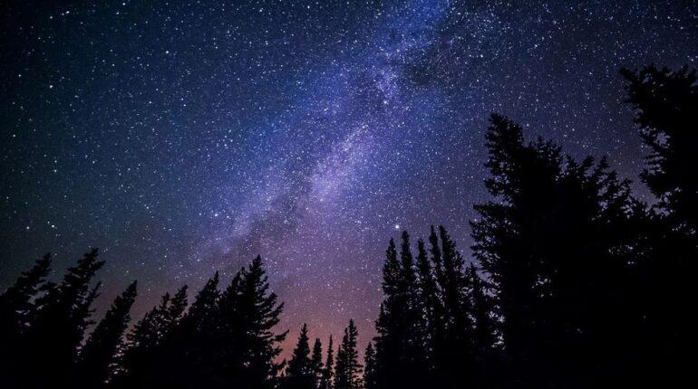 O parte a Caii Lactee vazuta noaptea de pe munte.